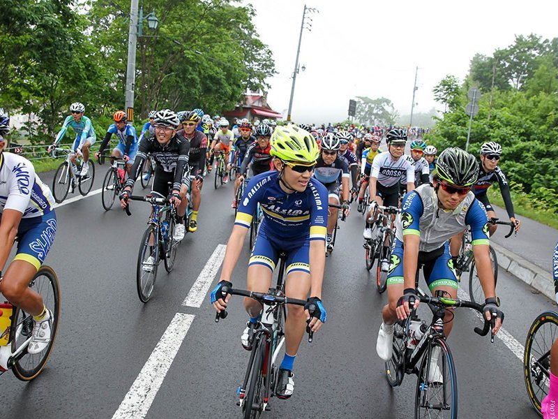niseko classic cyclists racing in hirafu