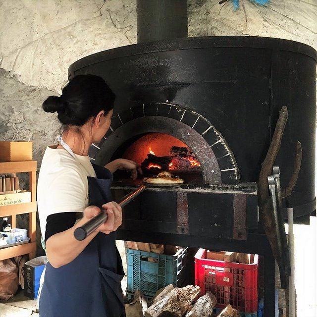 グリーンファームの石釜で手作りピザを焼く