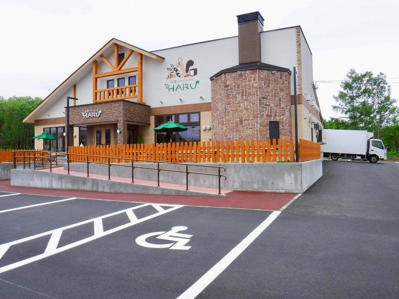 HARUのお店の外観と駐車場