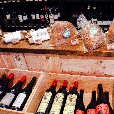 カーヴドバンブー店内に並ぶワインとパンとシャルキュトリー