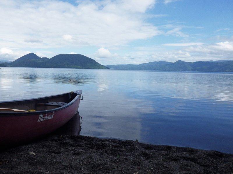 洞爺湖畔に佇むカヌー