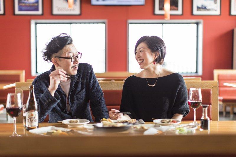 ニセコのレストランで会話が弾むカップル